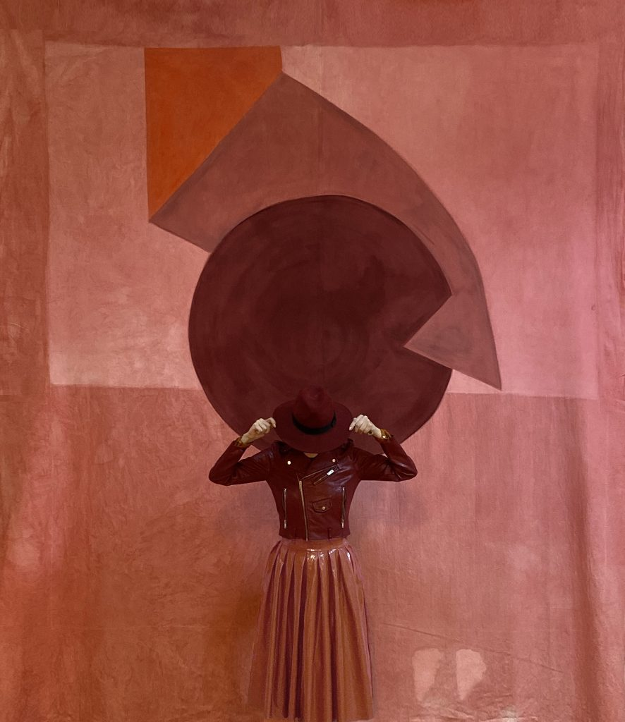 Matching Melania se funde en una obra de arte a través de su vestimenta
